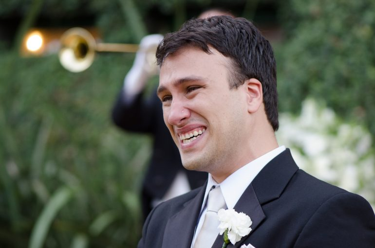 Noivo emocionado com os votos de casamento
