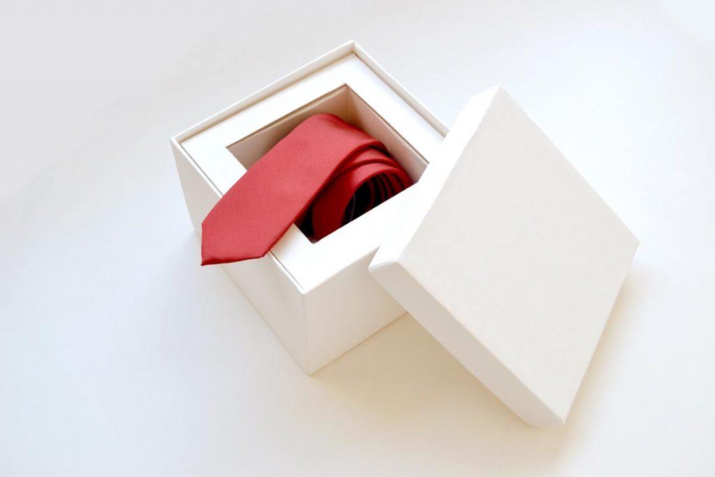 caixa com gravata para padrinho