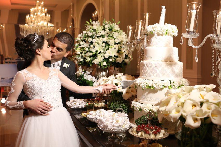 Noivos Caroline e Thiago Cortando o Bolo