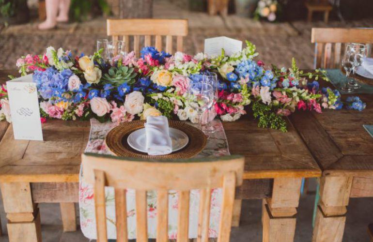 Centro de mesa com decoração colorida