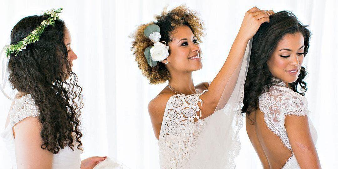 Penteados para noivas de cabelo cacheado  50 inspirações para seu casamento! 0deab4e3372