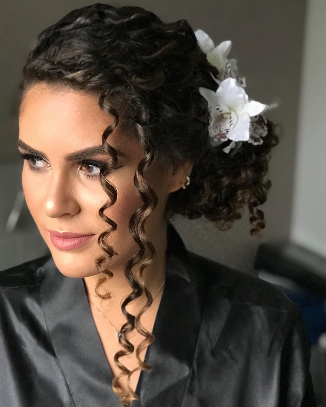 Penteados para noivas de cabelo cacheado