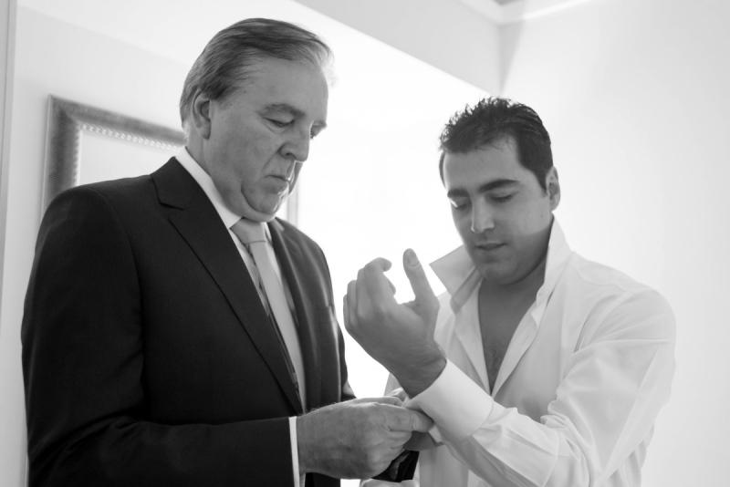 Pai do noivo ajustando terno   Foto: Vini Brandini