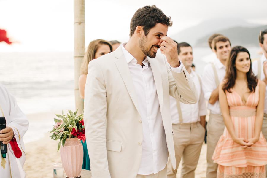 Noivo emocionado com entrada da noiva