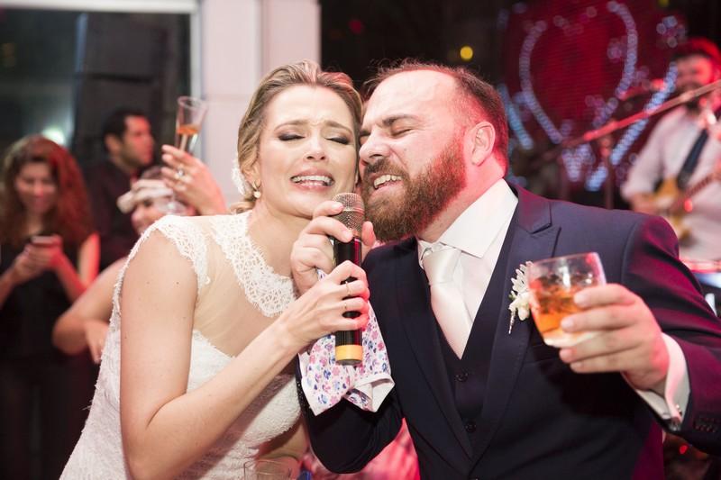 Noivos Cantando no Casamento