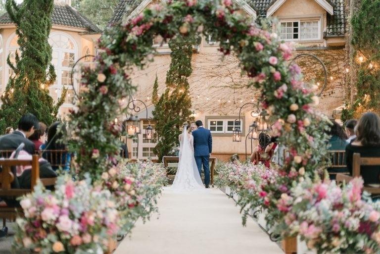 Arco de flores na decoração | Alê Marques