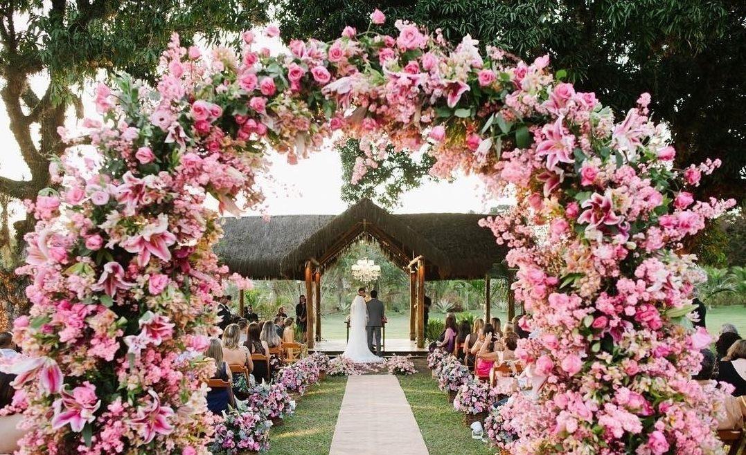 Arco de flores na decoração | Foto: Munize Maia
