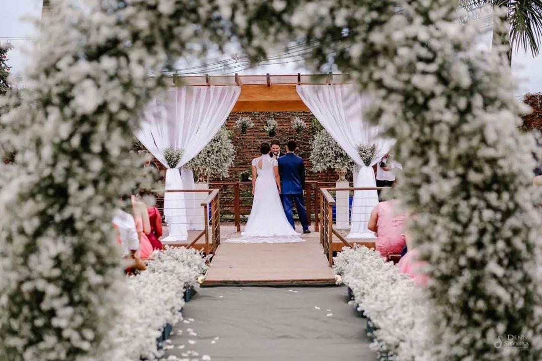 Arco de flores na decoração | Foto: Denis Fotografia