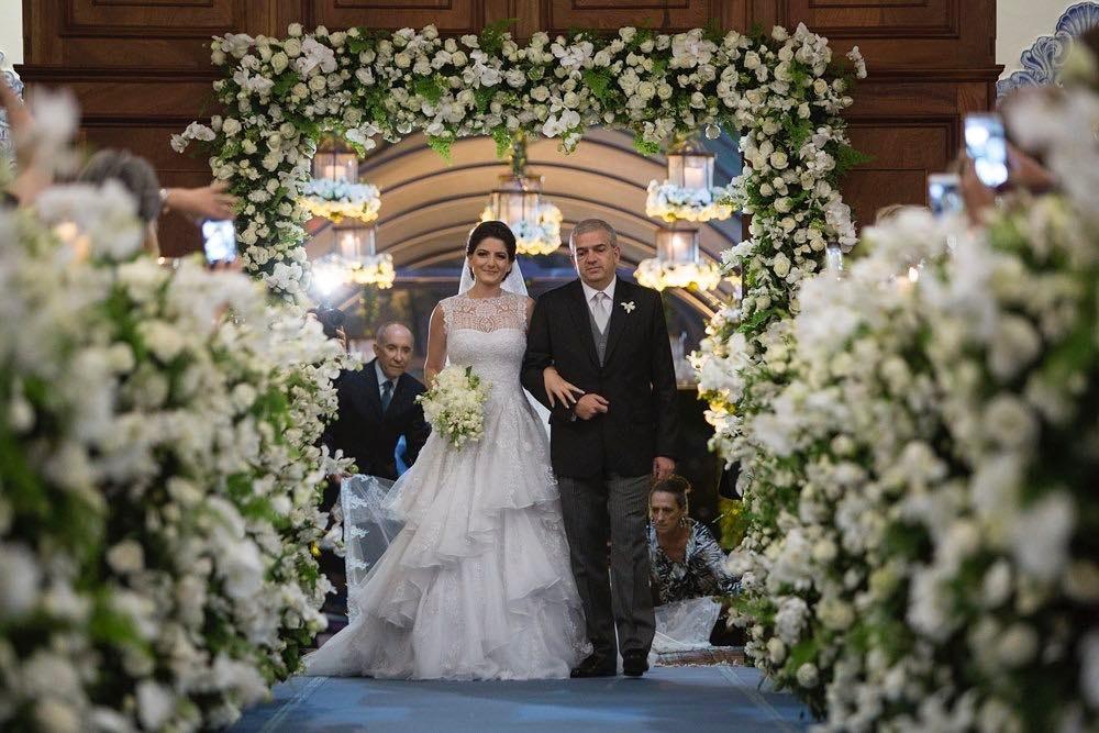 Arco de flores na decoração | Foto: Ana Quast e Ricky Arruda