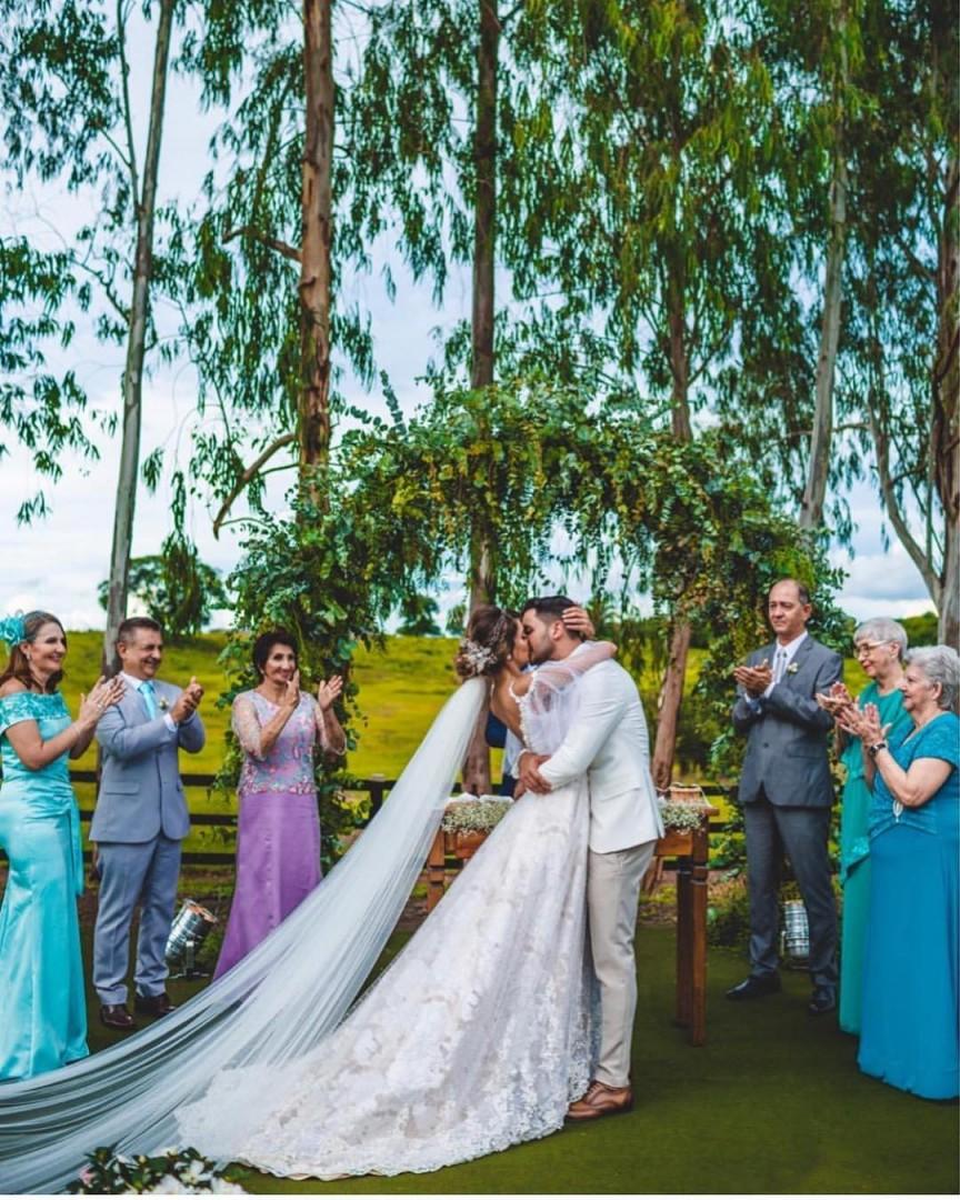 arco de flores na decoração de casamento | Foto: Luiza Araujo