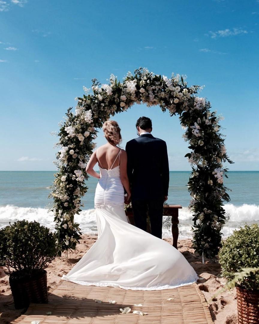 Arco de flores no altar | Foto: Vuê Fotografia