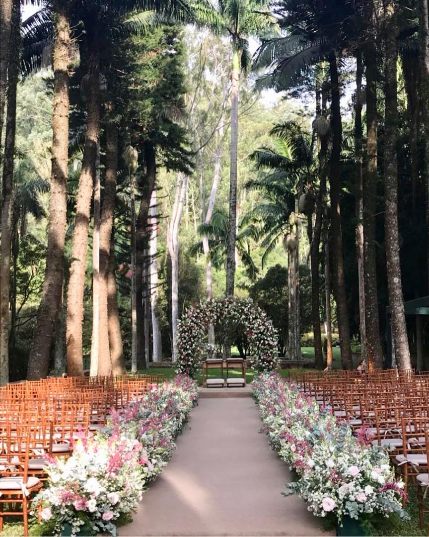 Arco de flores na decoração de casamento | Fazenda Vila Rica
