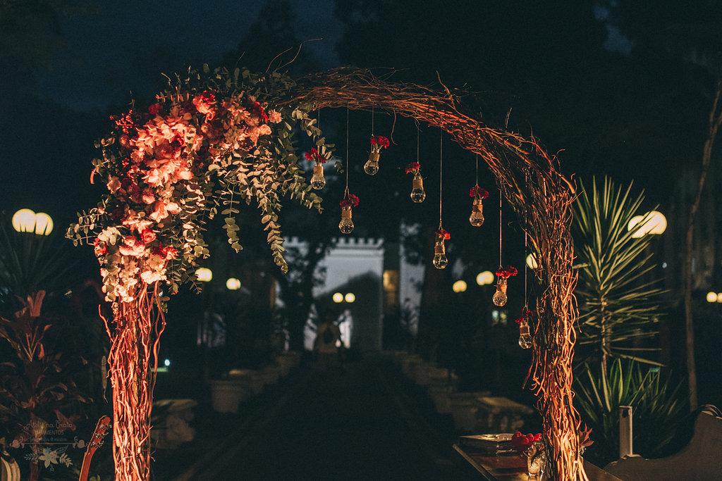arco de flores na decoração a noite | Foto: Atelie na praia