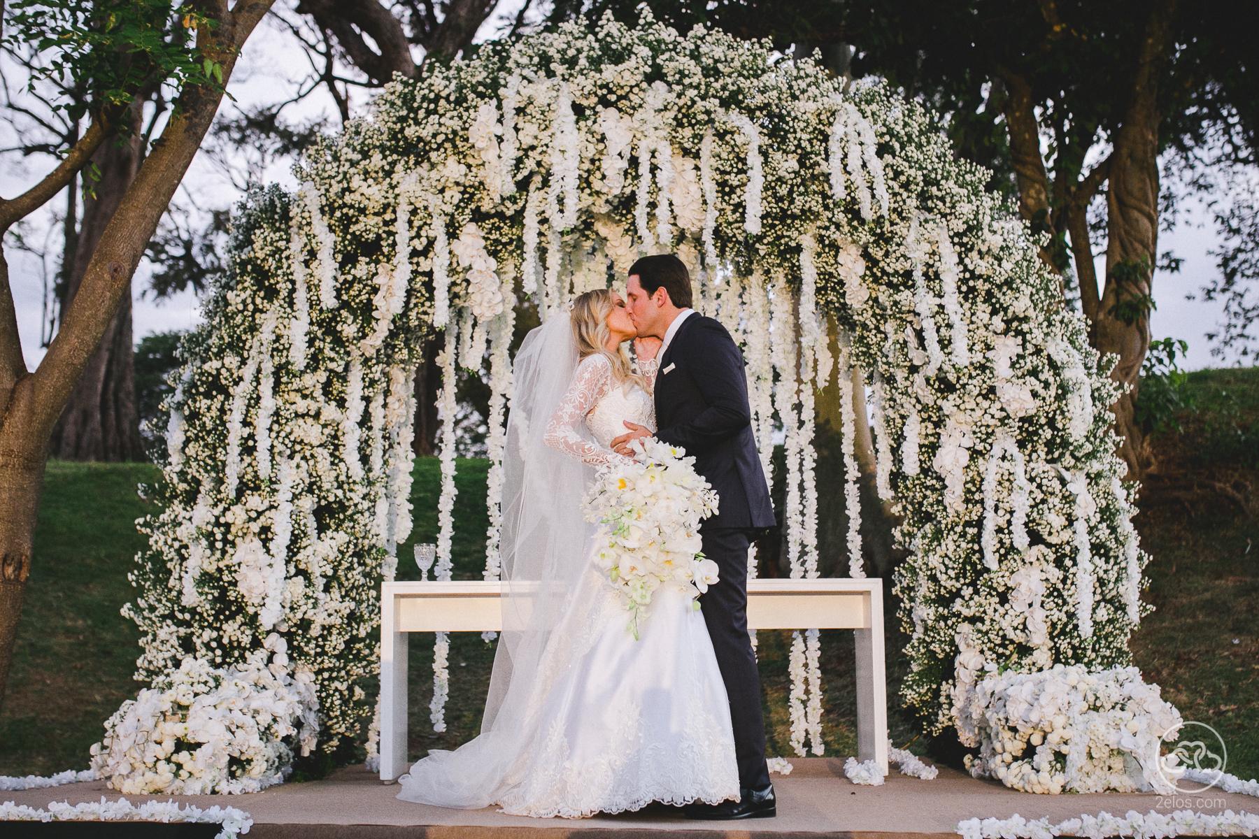 Arco de flores na decoração | Foto: Dois elos