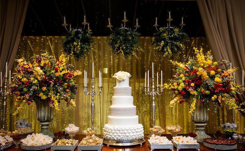 Decoração de casamento amarela e vermelho